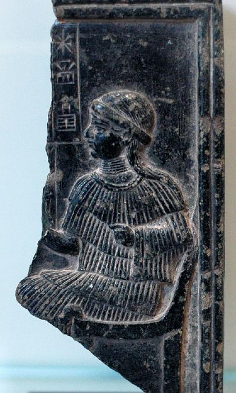 Fragment reliefu przedstawiającego boginię Ninsun