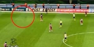 Duch przebiega boisko podczas meczu w Niemczech